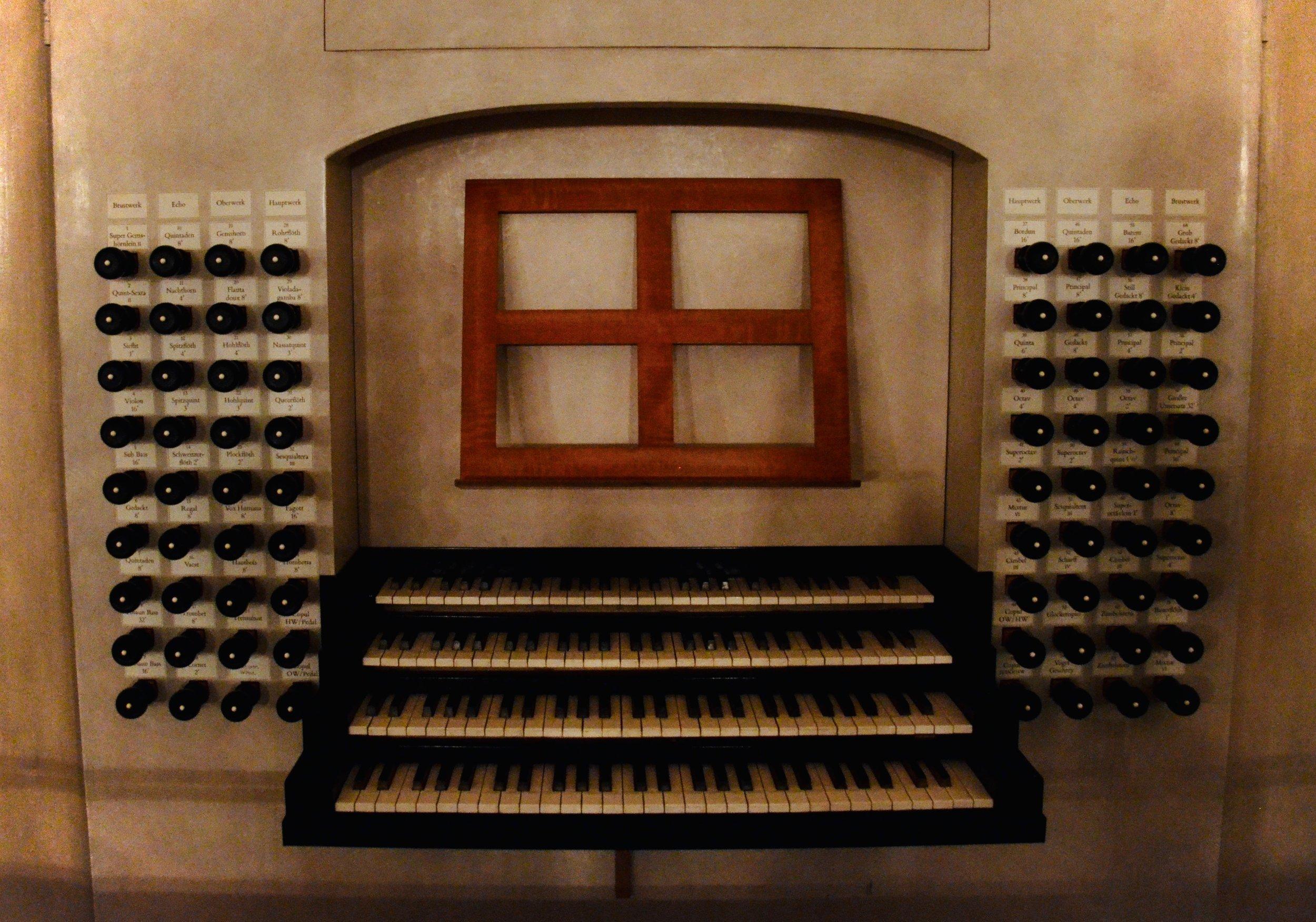 """Console, 2000 Woehl """"Bach Organ,"""" Thomaskirche, Leipzig."""