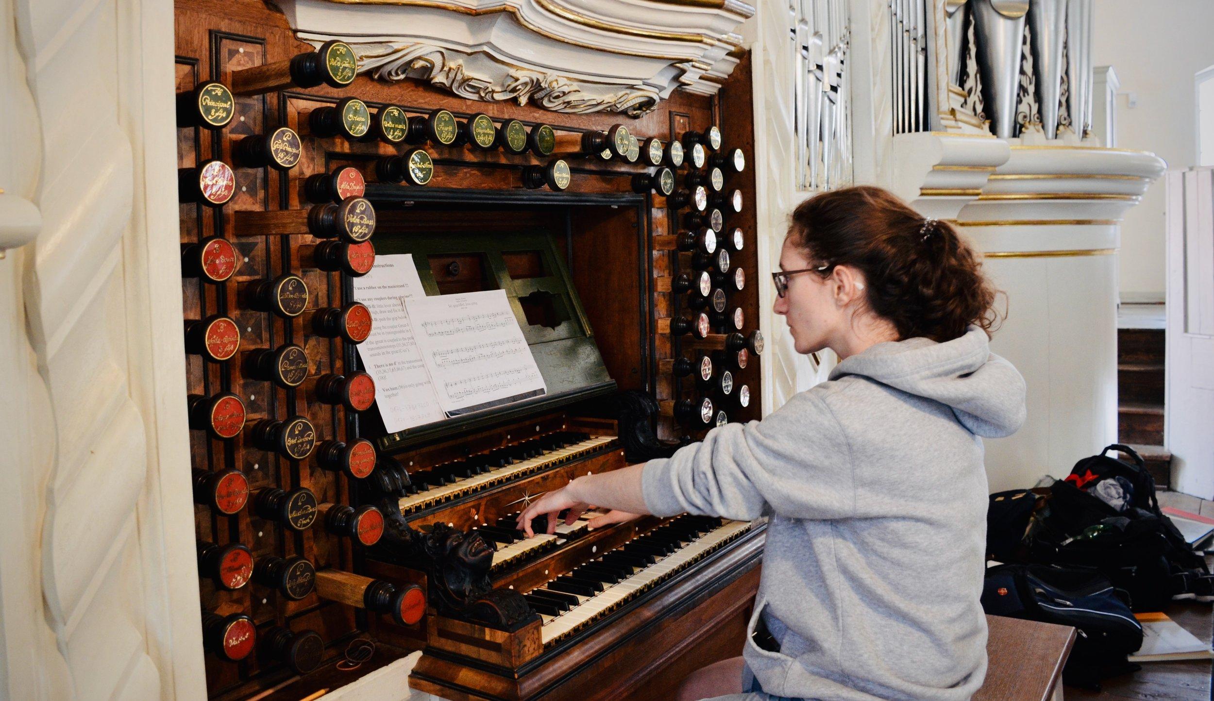 Rosemarie Tougas plays the 1730 Trost Organ, Stadtkirche, Waltershausen.
