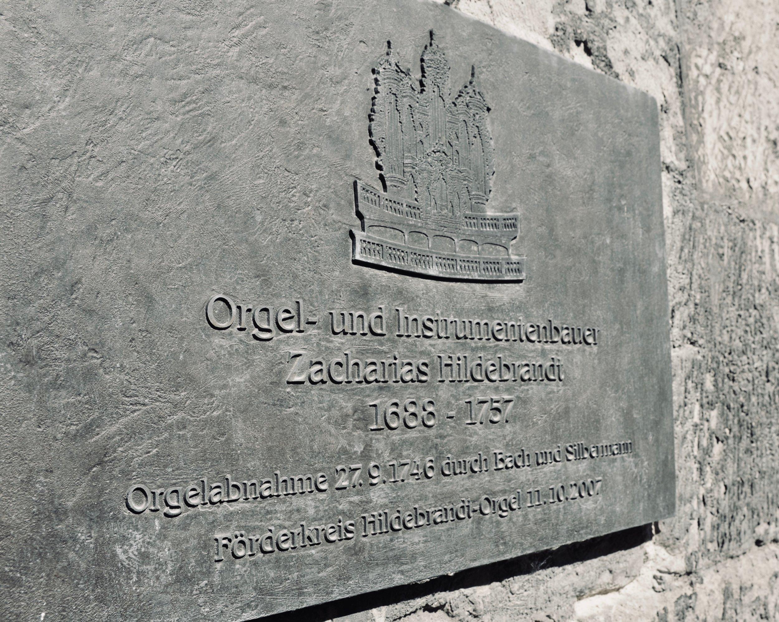 A plaque on the Stadtkirche St. Wenzel, Naumburg., noting the 1746 Hildebrandt Organ.