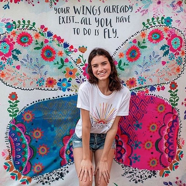 I think I need this for the Thrive Hive classroom! It's a wall tapestry that you can stand in front of & snap a pic! @naturallife you make the snazziest things! #confidence #mompreneurs