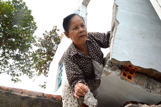 A resident is plunged into immense difficulty after her house was affected by land subsidence.  Image Copyright of Tuoi Tre . Used with kind permission