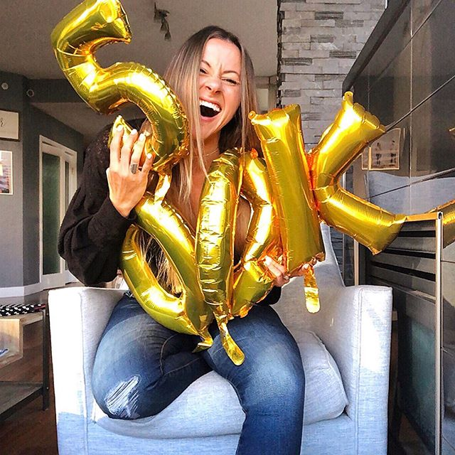 🚨 AGHHH!! PODCAST GIVEAWAY ALERT, cue the balloons we got yesterday that I couldn't figure out how to hold after I accidentally popped one & it was losing air quickly 🤣🚨 ⠀⠀⠀⠀⠀⠀⠀⠀⠀⠀⠀⠀ But Girlfriend.... we just passed 500,000  downloads on the @empowerHERpodcast.... we are not even a YEAR in yet?! 😱⠀⠀⠀⠀⠀⠀⠀⠀⠀ ⠀⠀⠀⠀⠀⠀⠀⠀⠀⠀⠀⠀ & There is absolutely NO WAY that would have happened  without YOU shouting it out, leaving reviews & telling your girlfriends 👯 so from the bottom of my heart THANK you for making this such an incredible start of the show; I'm absolutely blown away 😭🙏🏻 ⠀⠀⠀⠀⠀⠀⠀⠀⠀ In honor of this milestone that we (YES both you & I because I can't do this ALONE) accomplished, I wanted to do a fun giveaway for YOU! 💕 ⠀⠀⠀⠀⠀⠀⠀⠀ I want THREE of you babes 💁🏼‍♀️💁🏻‍♀️💁🏽‍♀️to get $100 gift-card to YOUR favorite online clothing store to get something YOU love! & I also want to give you a MINI TRAMPOLINE cuz DUHHH! It's fun!! 🤣🤣 So....How do you enter? ⠀⠀⠀⠀⠀⠀⠀⠀⠀ ▪️You must be following this account + @empowerHERpodcast & this account @kacia.fitzgerald 👯‍♀️⠀⠀⠀⠀⠀⠀⠀⠀⠀ ⠀⠀⠀⠀⠀⠀⠀⠀⠀ ▪️Then tag 3 girlfriends below (or more of you are feeling saucy) 💃🏻in a comment & say why you think would vibe with the podcast mission of empowering women to take ACTION to build lives they F'ing love 💕 ⠀⠀⠀⠀⠀⠀⠀⠀⠀ That's all! 💕💕 ✨3 Winners will be announced on Friday October 4th🙌🏻🙌🏻 ⠀⠀⠀⠀⠀⠀⠀⠀ As always I am SO grateful for YOU & your support babe, couldn't do this without you otherwise I would just be sitting alone talking to my dog 🤣 ⠀⠀⠀⠀⠀⠀⠀⠀⠀⠀⠀⠀ So cheers to YOU & to JUST warming up babyyy! 🔥 🔥 ⠀⠀⠀⠀⠀⠀⠀⠀⠀⠀⠀⠀ #empowerherpodcast #podcastersofinstagram #internationalpodcastersday #giveaway #podcast