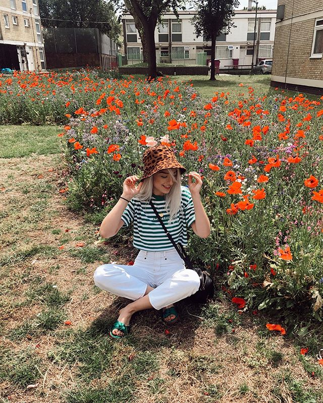I got stains on my white jeans for this photo🌹... but look at the cute poppy field @thatgirlcalledjade.louise and I found in Hackney. Poppies have become one of my new favs. (Also I got the stains out by the way, thank god lol)