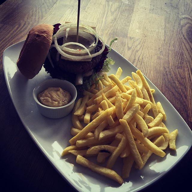 Hamburgare(KRAV) på kött från frigående kor i Uppland, m. skafferiets patenterade majsonäs, picklad silverlök & pommes frites! #lunchcottinosskafferi #bromma #dagens #hamburgare #nosetotail #krav