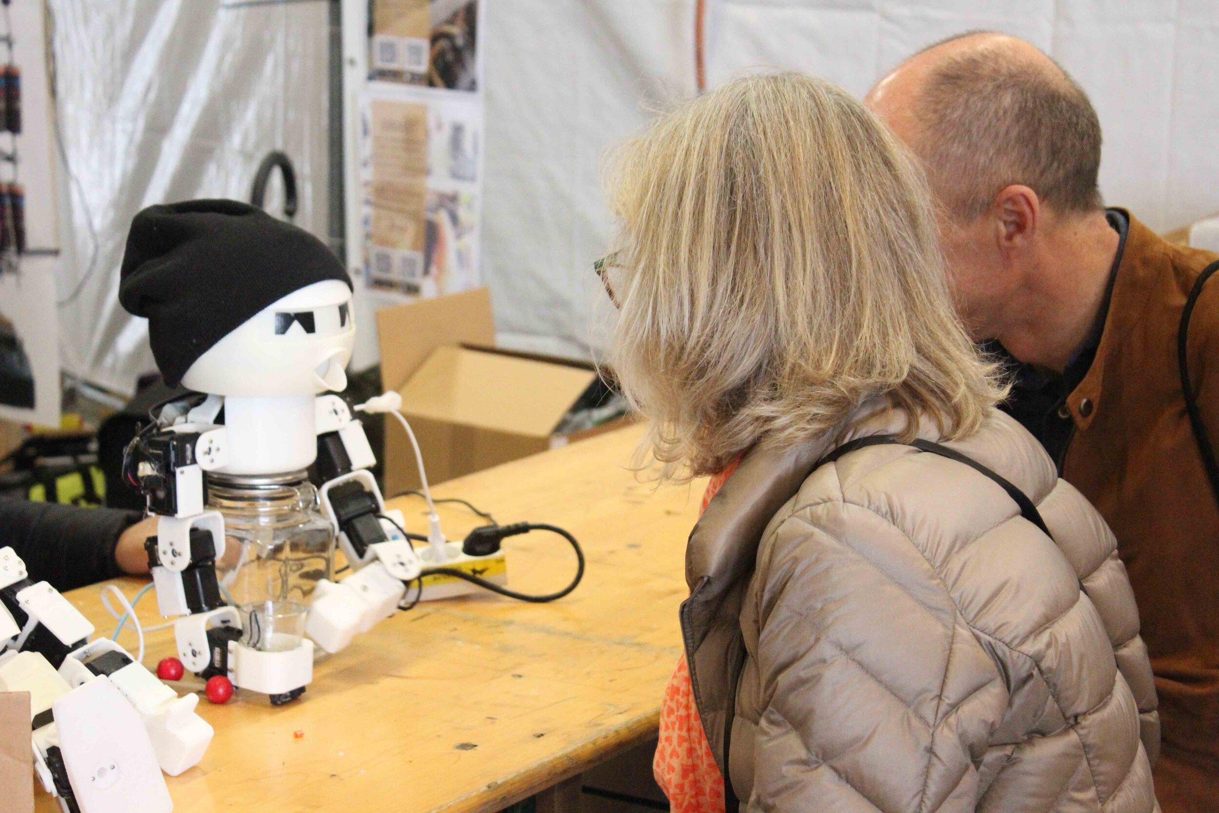 Kreativ ingeniørvidenskab - De gode ingeniører fra Elektronikklubben har tømt deres opfinder-grotte og har medbragt diverse apparater og hjemmelavede projekter, som I kan afprøve: en ShotBot, en robotarme og danseshows, DIY flippermaskiner m.m. Vært: Elektronikklubben, Ballerup