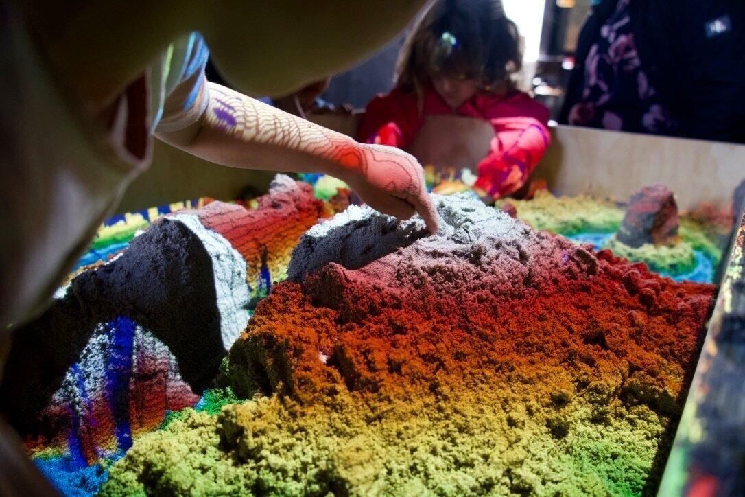 Virtuel Sandkasse - Form landskaber med dine bare hænder i den virtuelle sandkasse. Skab bjergtoppe, dybe floder og eksplosive vulkaner med sand, et højde-sensitivt software og en projektor der efterligner et topografisk atlas. Vært: Fablab Nordvest
