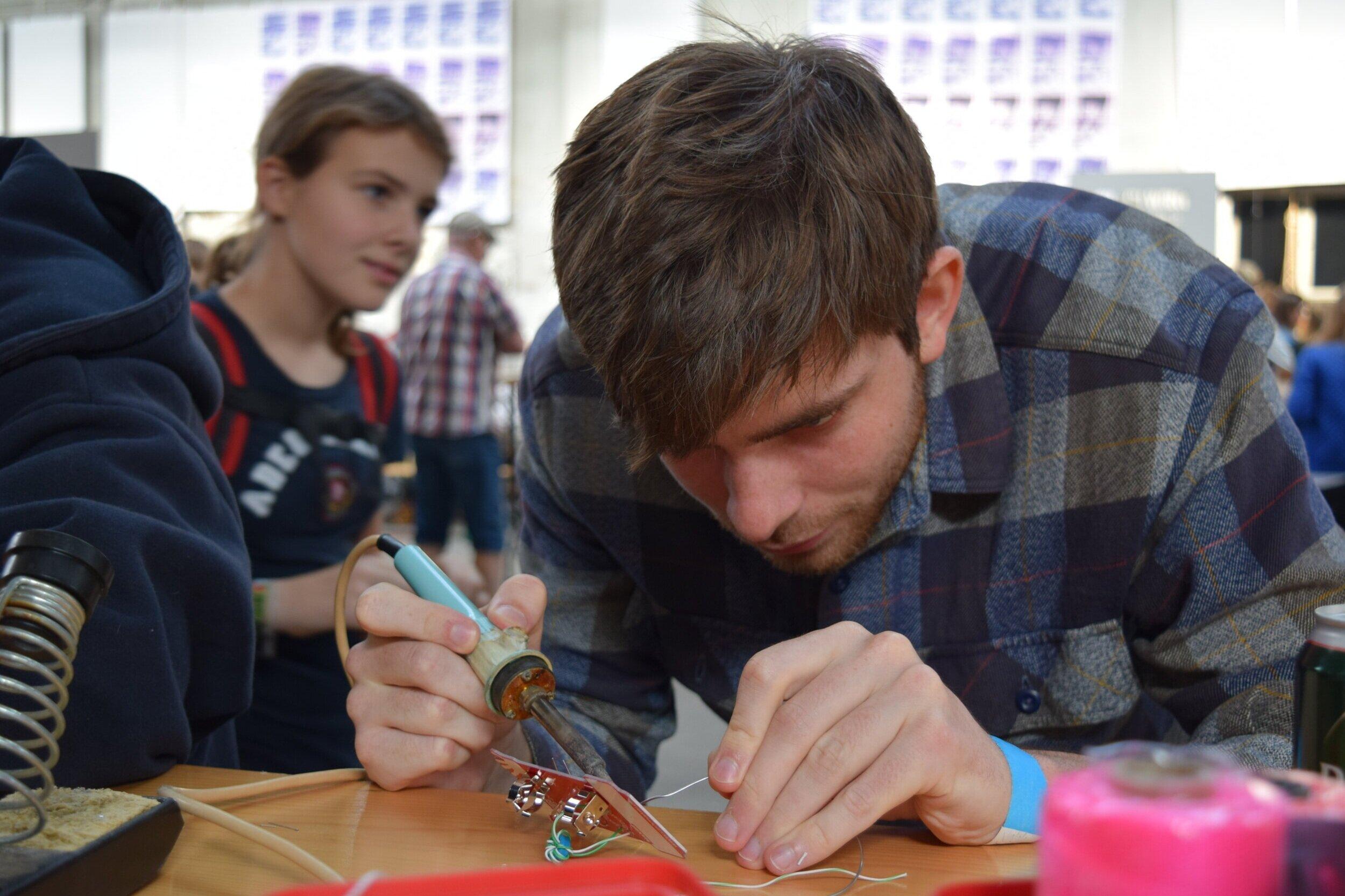 Joule Thief workshop - Lav din egen lille lommelygte, som kører på genbrugte batterier. Dyk ned i en verden af elektronik-hacking og tag sagen i egen hånd. Labitat viser dig, hvordan du kan bringe liv til gamle batterier vha. simple, elektroniske komponenter. Vært: Labitat