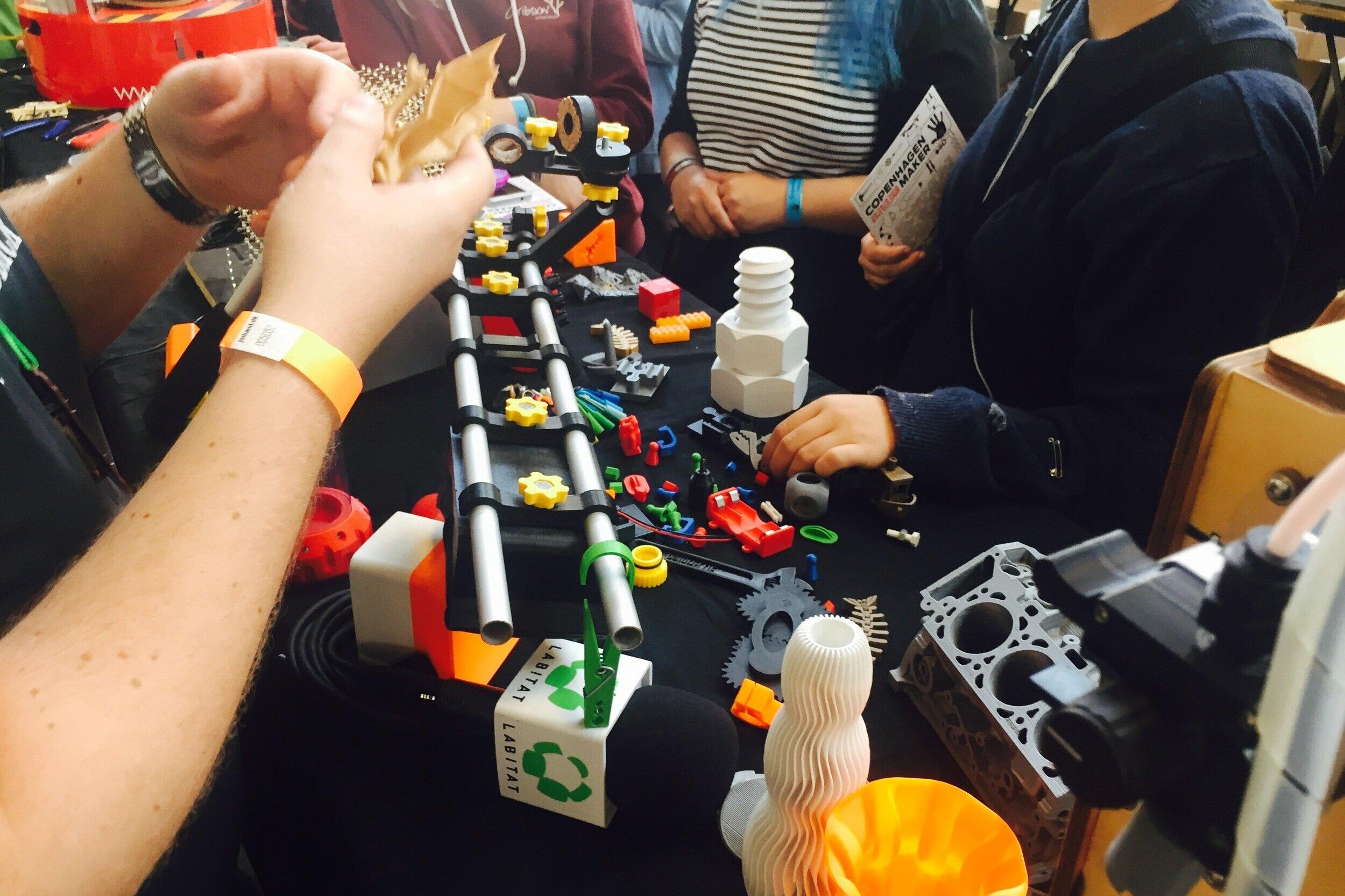 Fremvisning af projekter - Se, rør, prøv og lær af hackerne fra Labitat, som i anledning af Kulturnatten har tømt deres hackerspace for sjove, hjemmebyggede elektronikprojekter, skøre opfindelser og vilde gadtets. projekter. Vært: Labitat