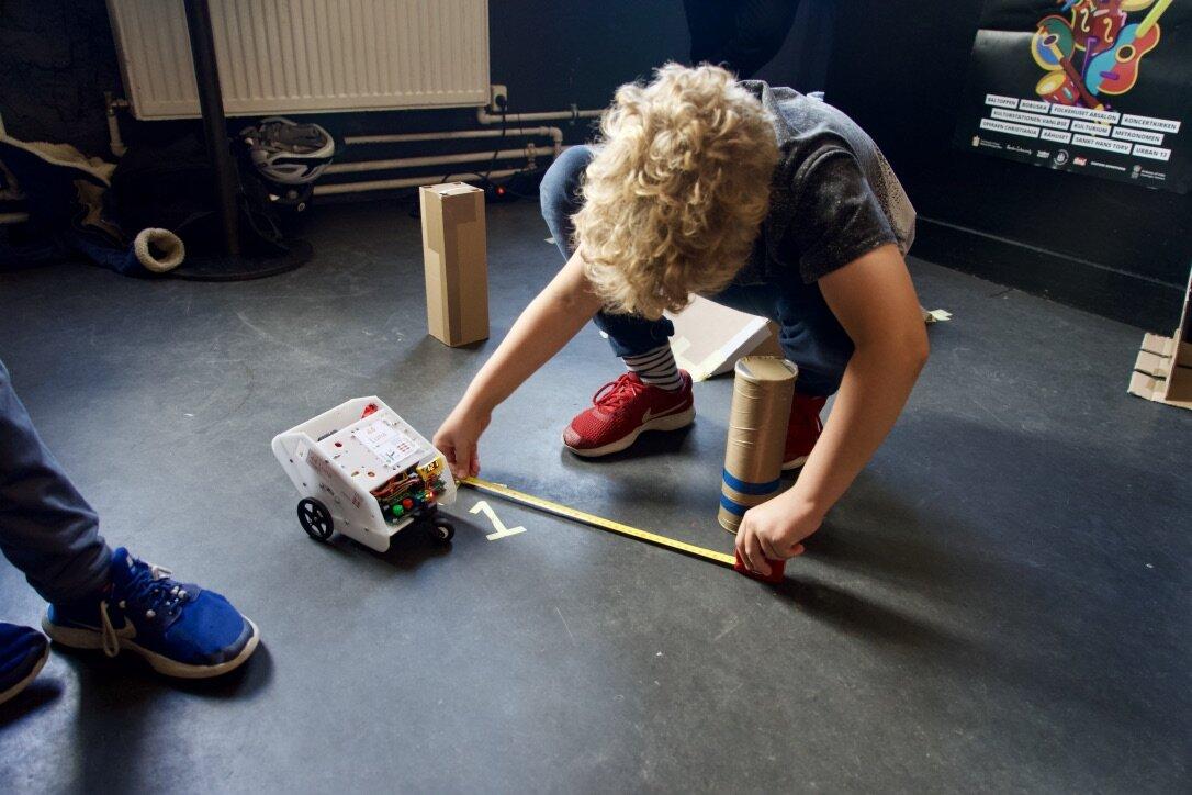 RegBot - forhindringsbane - Programmér en robot og gennemfør forhindringsbanen. Med hjælp fra de gode ingeniører fra Elektronikklubben skal du programmere en robot til at gennemføre en forhindringsbane. Hvor mange forsøg tror du, du har brug for før den kommer i mål? Vært: Elektronikklubben