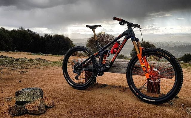 @bjb_inc from @pushys_fyshwick sure knows how to dress up a steed 😯😍👌! His custom @rockymountainbicycles Slayer, @fox factory coloured out, dramatic against an equally dramatic backdrop. #lovetheride #slayingit
