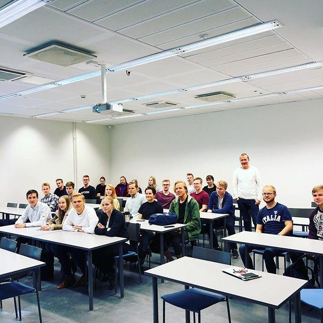 Digimoguli oli tänään vieraileva luennoitsija Oulun yliopiston myynnin & markkinoinnin kurssilla. Aiheena oli käytännön digimarkkinointi ja se poiki monta hyvää keskustelua. #digimogulikouluttaa #digitaalinenmarkkinointi #oulunyliopisto