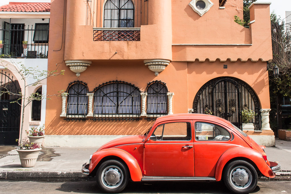 Cute cars & cuter houses on the streets of CDMX.