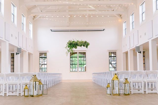 This clean, contemporary design was perfect for Amy and Jake's big day 🍃  Venue: @bldg177  Floral & Design: @messthetics_  Photography: @christiannetaylor @joshnewton  Coordination: @detailsbyalessandra  #bldg177 #sandiegoflorist #pursuepretty