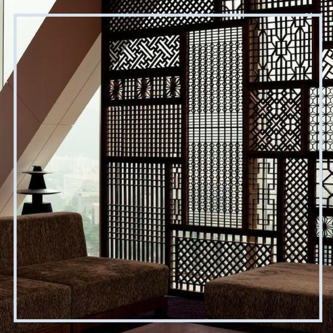 • Biombos em madeira recortada, ao gosto marroquino, que permite a passagem de luz e ventilação ao mesmo tempo que divide e da privacidade ao ambiente, é uma opção chique e descolada! • Os muxarabiês são os nossos favoritos e ótima dica para quem quer um biombo mais elaborado, definitivo e sofisticado. • Quando a luz brilha atraves deles todo o ambiente fica estampado com os seus desenhos!