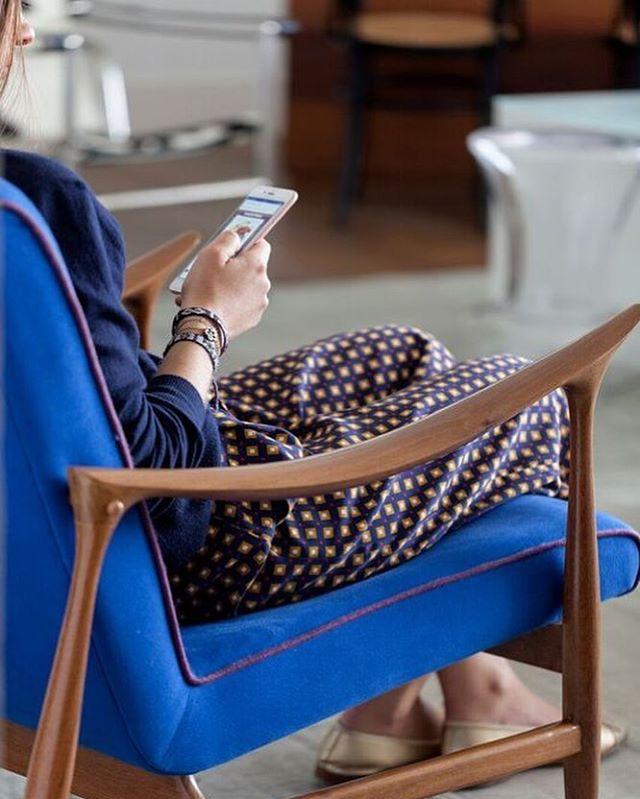 Ahh o azul... 💙é um amor que sempre dá certo! E aqui, com o friso roxo da poltrona, fica aindo mais charmoso. . . #pocketdecor #pocket_decor #projetopocketdecor #detalhes #poltrona #midcenturymodern #anos50 #mobiliariomoderno #azul #decor #decoracao #homedecor #homedesign #instadecor #instadesign #designdeinteriores