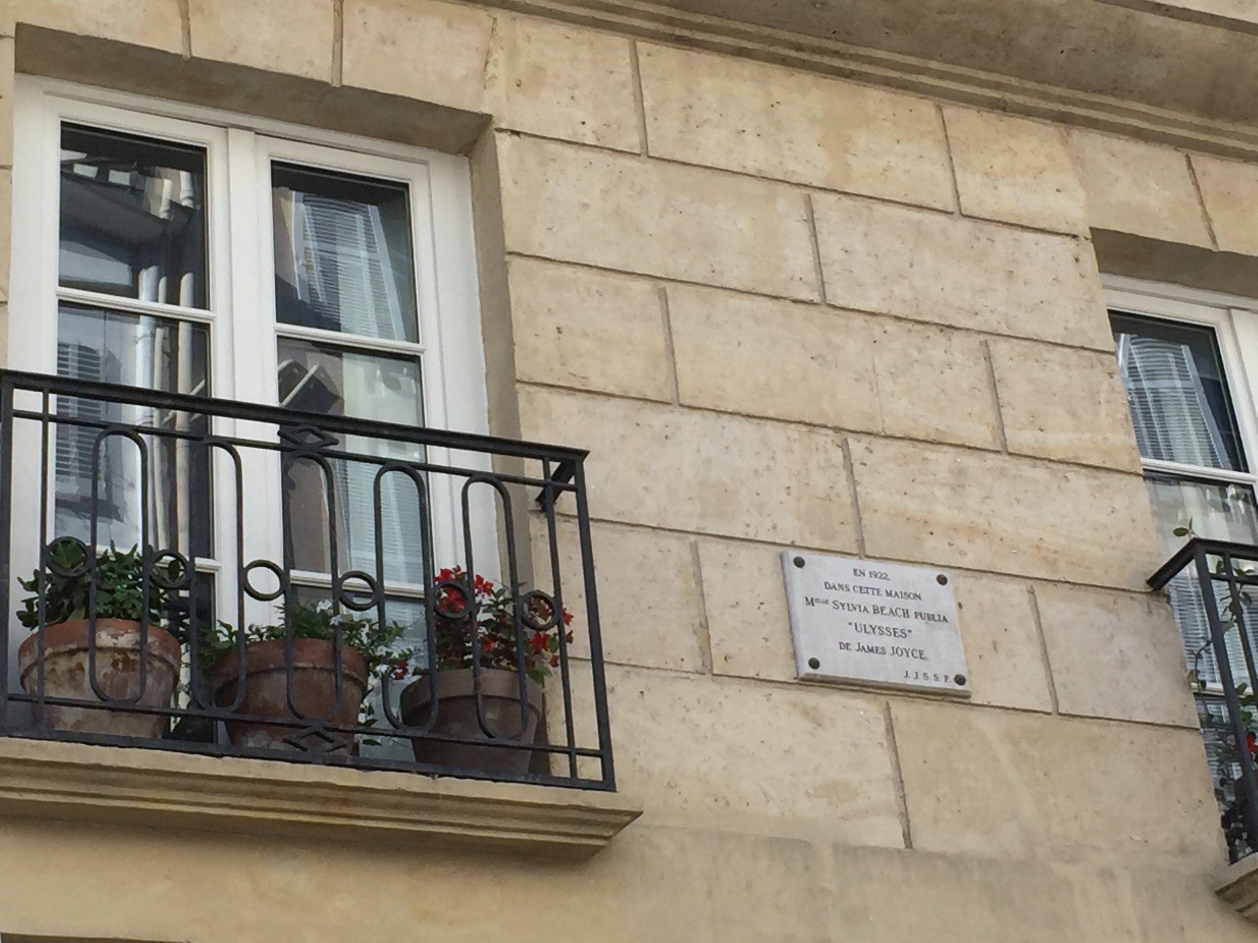 """The plaque reads:  En 1922 dans cette maison M.elle Sylvia Beach publia """"Ulysses"""" de James Joyce"""