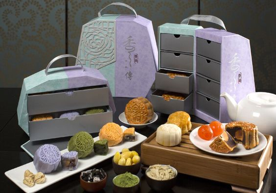 Here are some more traditional examples of creative packaging and Mooncake varieties. Look how beautiful these cakes are!