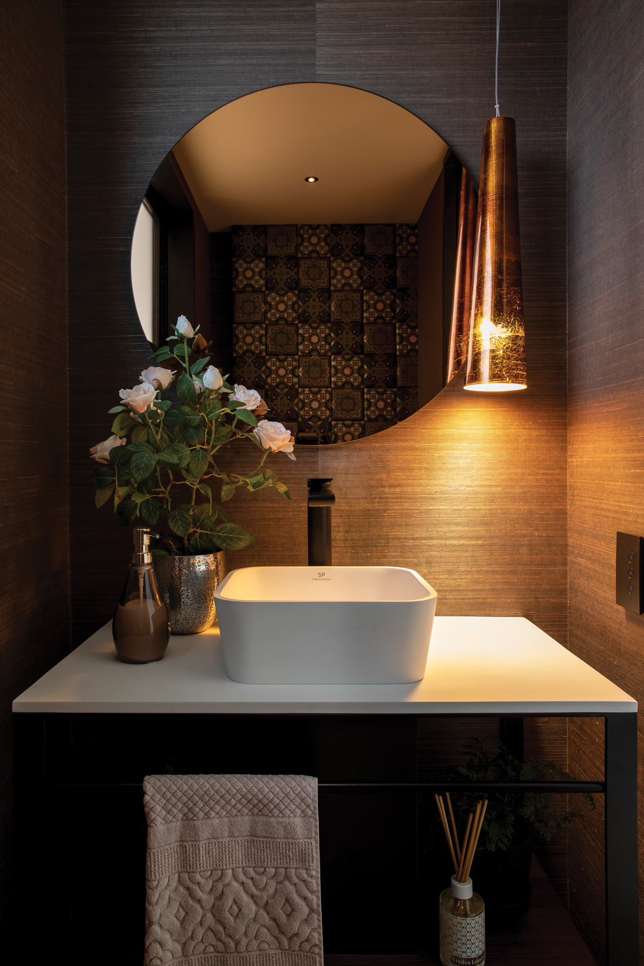 POWDER ROOM : A boudoir effect WC with Porcelanosa vanity and textured wallpaper.