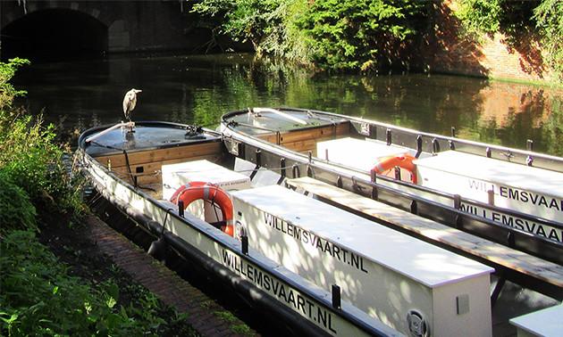 Willemsvaart - Vanaf Diner Thuis kunnen we u vervoeren met verschillende ludieke vervoersmiddelen, bijvoorbeeld over het water met de Willemsvaart naar Scheveningen, naar Delft of door de Haagse binnenstad. We kunnen u natuurlijk ook ophalen.