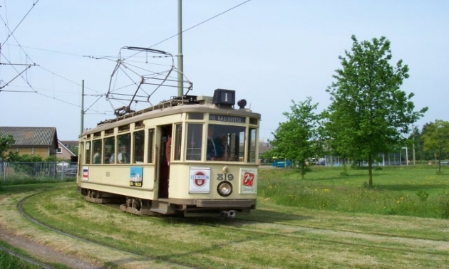 Historische tram - Op 50 meter van Diner Thuis bevindt zich een tramhalte. Vanuit hier kunnen we een rondrit met een historische tram verzorgen of brengen we de groep ergens naar toe.