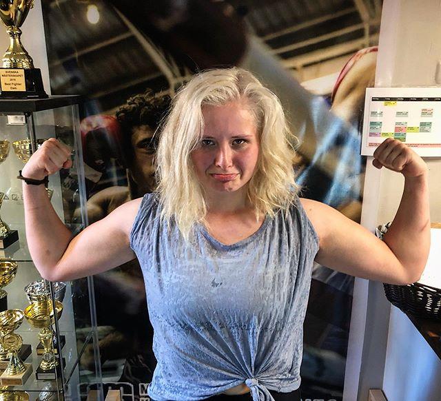 Såhär glad kan man bli när man är på besök och saknar att träna, vi var lika glada vi när vi fick finbesök av @elsaaloow! #mastersgym #kickboxning #thaiboxning #familj #fighter #k1 #k1fighters #nakmuay #kungsholmen #rådhuset #stockholm
