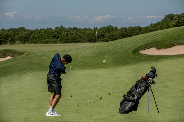 Juan Cortorreal on the fairway at the Bridge.  Image:  JOHNNY MILANO FOR THE NEW YORK TIMES
