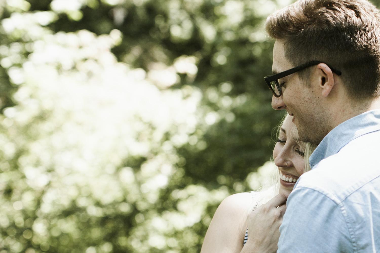 columbia-river-gorge-wahclella-falls-engagement-photos-sweet-hug