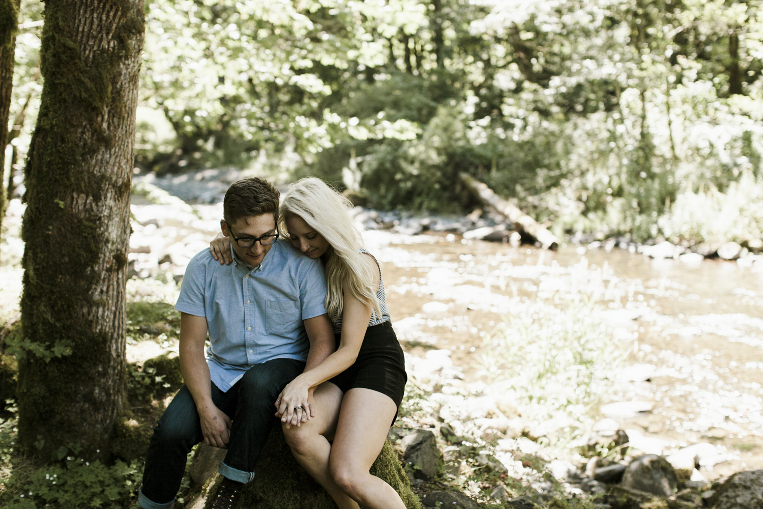 columbia-river-gorge-wahclella-falls-engagement-photos-sitting-under-tree