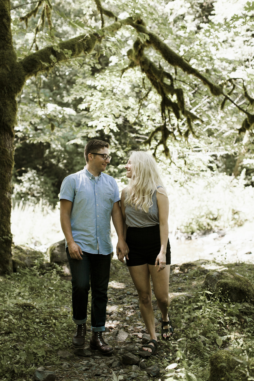 columbia-river-gorge-wahclella-falls-engagement-photos-in-the-trees