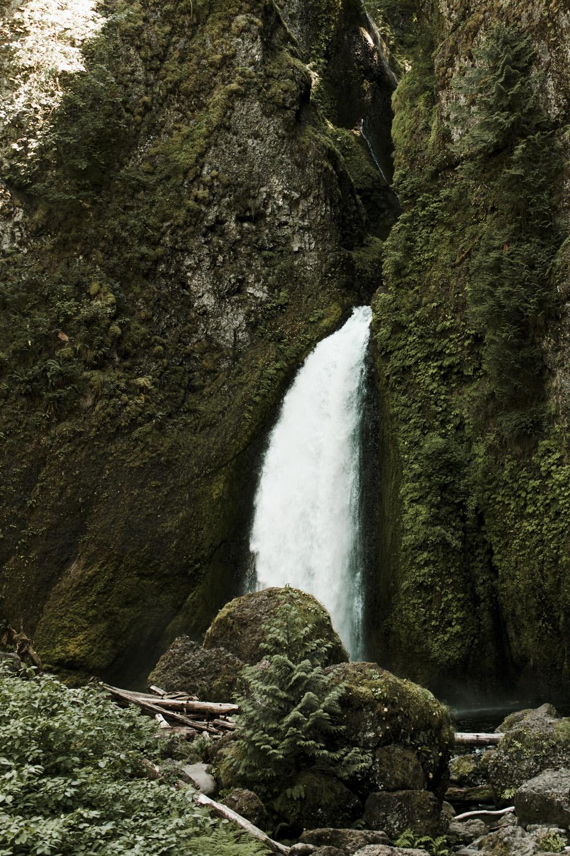 columbia-river-gorge-wahclella-falls-engagement-photos-waterfall
