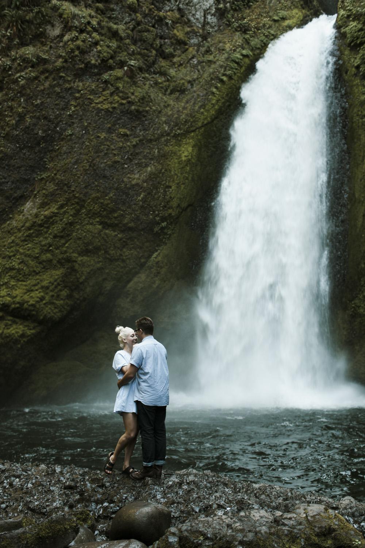 columbia-river-gorge-wahclella-falls-engagement-photos-misty-falls