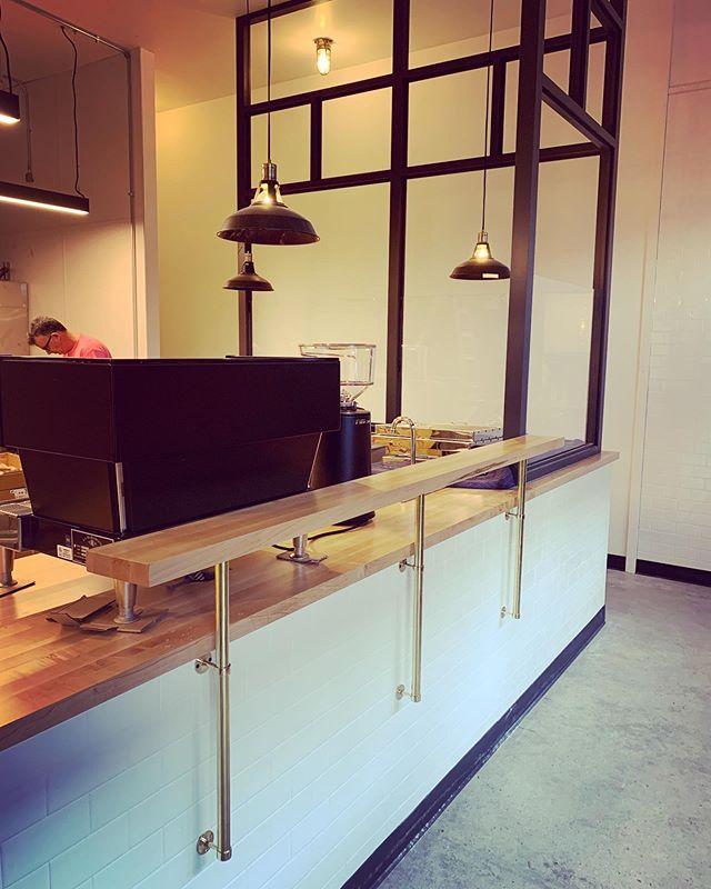 Details coming together - my favorite part! @bentleysbagels @carpentrypdx . . . . #pdxdesign #bakery #bagels #interiordesign #interiors #brass