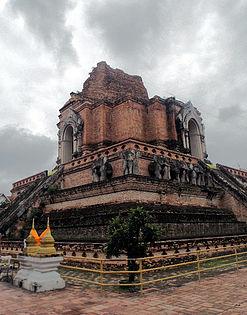 ancient ruins of wat chedi luang.jpg