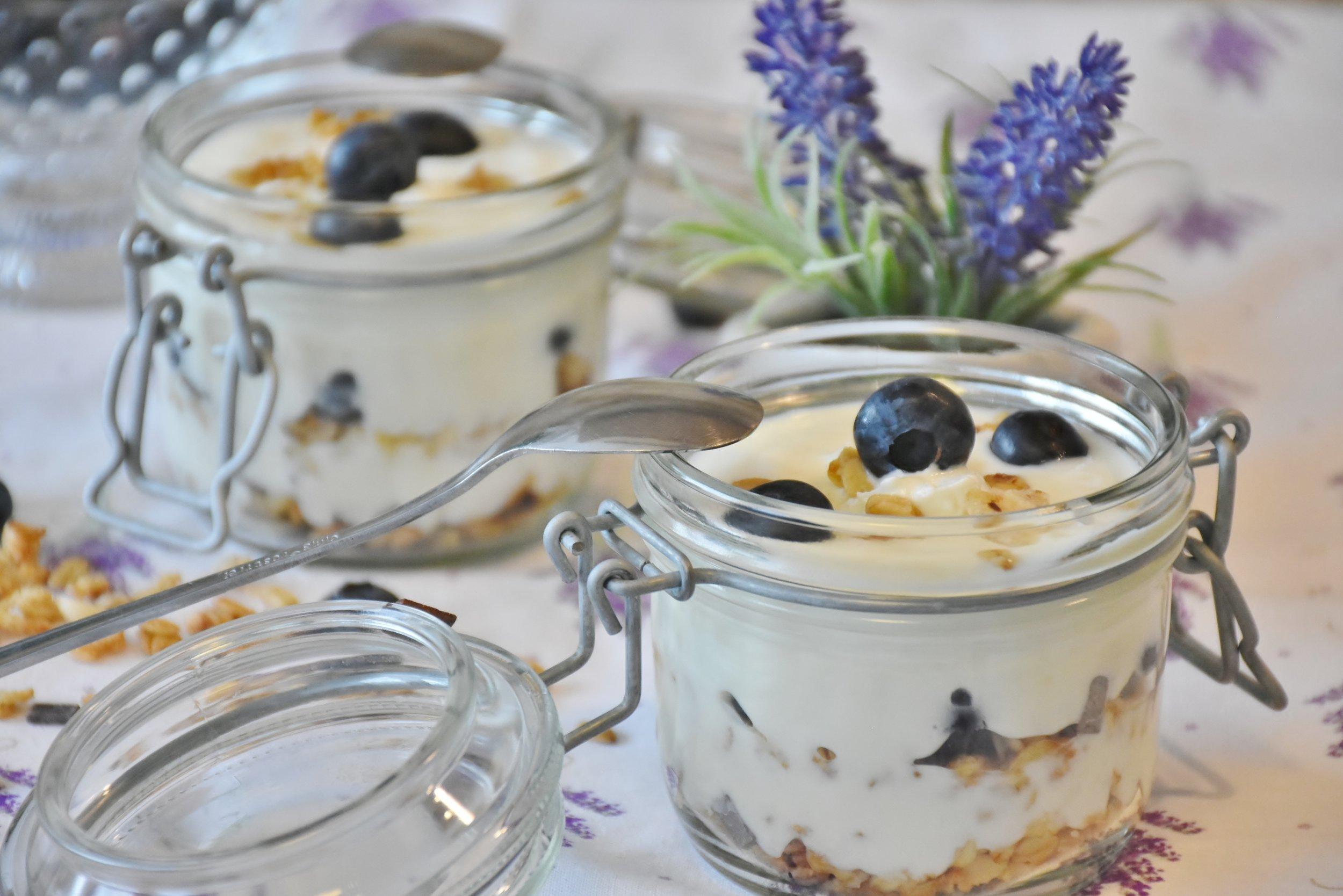 8.Un yaourt -A yoghurt -
