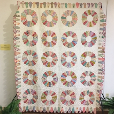 "Hand quilted 1930s Dresden Plate Quilt with SUPER AMAZING ""ice cream cone"" border"