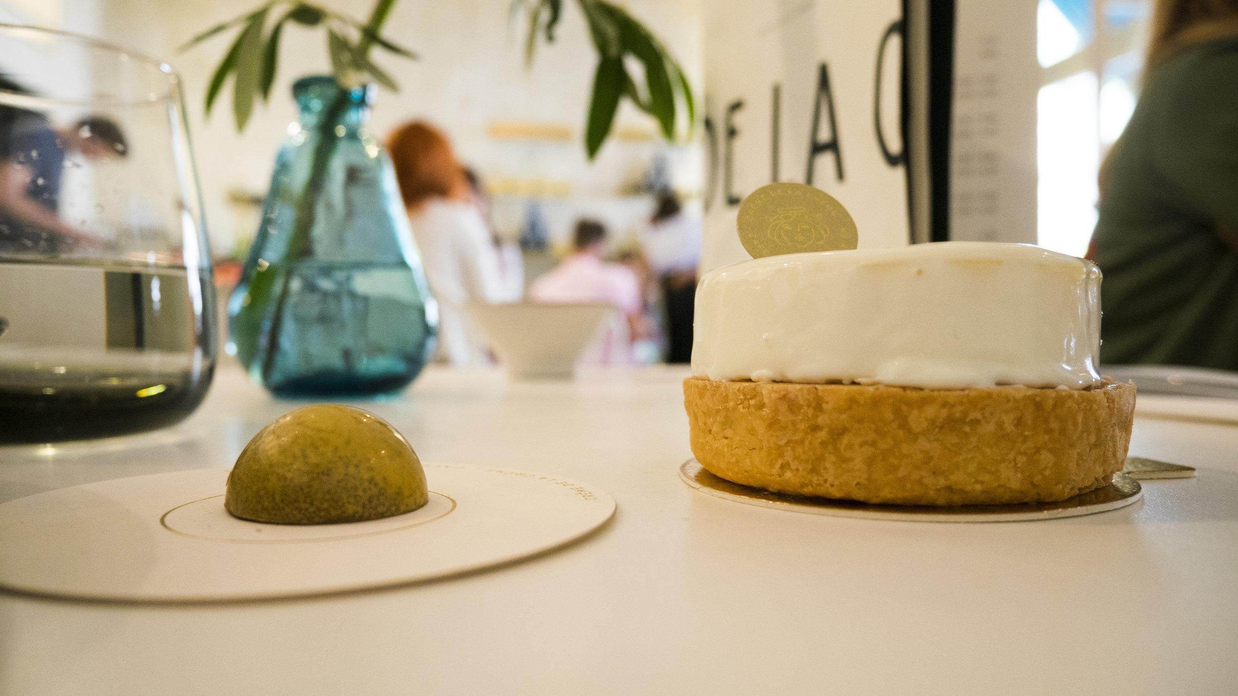 Neben dem Slow-Food-Eissalon Leones hat vor kurzem die Kuchenbar Créme de la Créme eröffnet. Und bist du deppert es gibt gute Küchlein dort. Jeder einzelne Kuchen sieht wie ein Kunstwerk aus und jede Plraline wie eine Zeichnung. Ich kann es nur empfehlen.Der Laden selbst ist extrem schön und elegant eingerichtet und man wird von einem sehr freundlichem Personal liebevoll umsorgt.  Adresse und Öffnungszeiten: Lange Gasse 76, 1080 Wien, 09-19.00 Uhr