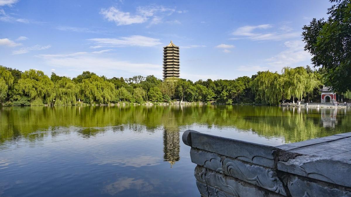 Weiming Lake PKU Twitter photo.jpg