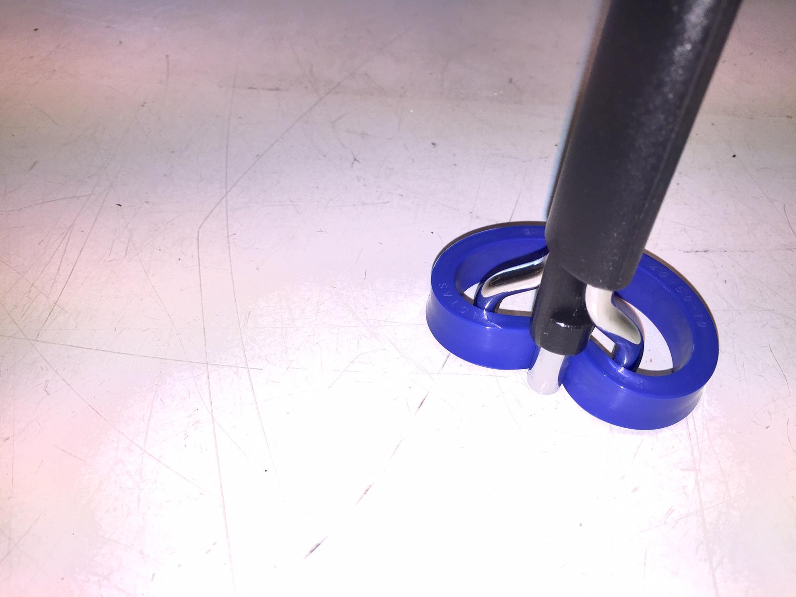 2, Snurra ihop tätningen genom att vrida på verktygets handtag.