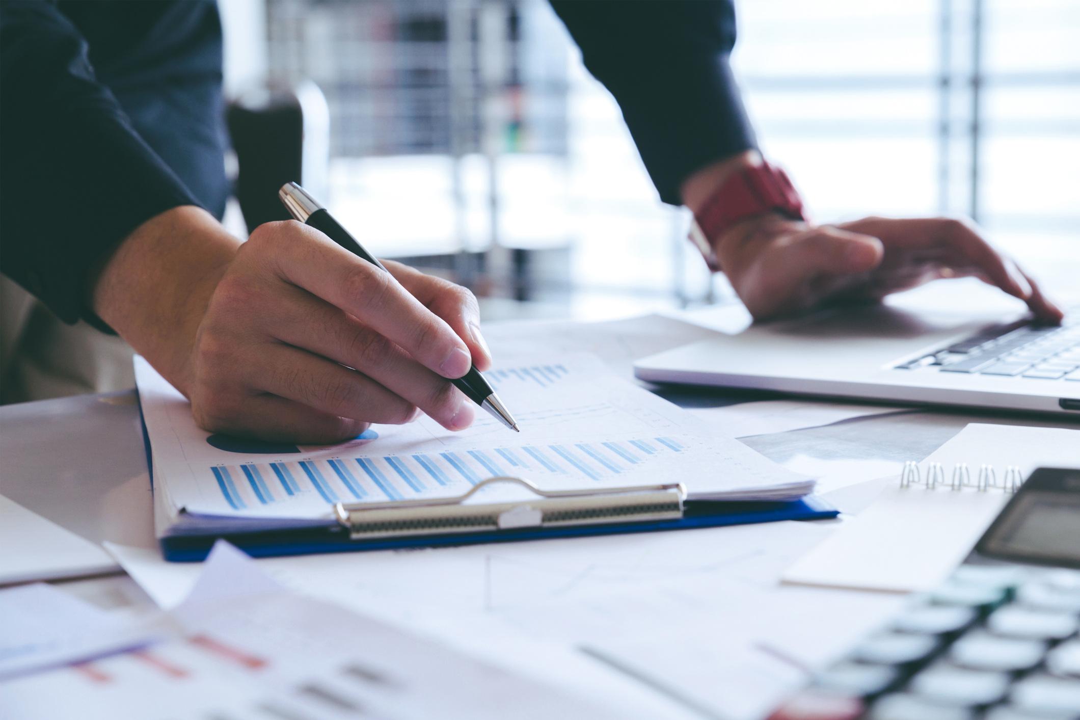 1. Analyse - Vi analyserer konkurransesituasjonen, kartlegg målgruppene og deira brukarbehov. Vi brukar verktøy som Ahrefs for å analysere søkeord både hos deg og konkurrentane dine. Å bli enige om målsetting (KPI- key performance indicators) for nettsida er sentralt i denne fasen.