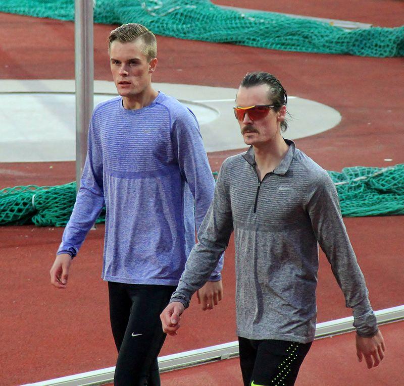MÅ TETTE HULL: Henrik og Filip kan ikke ta alt treneren sier for god fisk. Foto: Chell Hill.