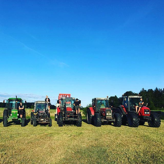 Igår blev vi äntligen klara med höskörden 2017👏🏻 Då radade vi som vanligt upp alla traktorer för att ta den årliga bilden🚜💪🏼💛🌾