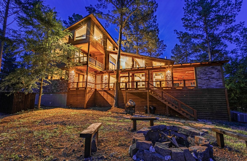 Large Luxurious Cabin with Outdoor firepit, and hot tub.