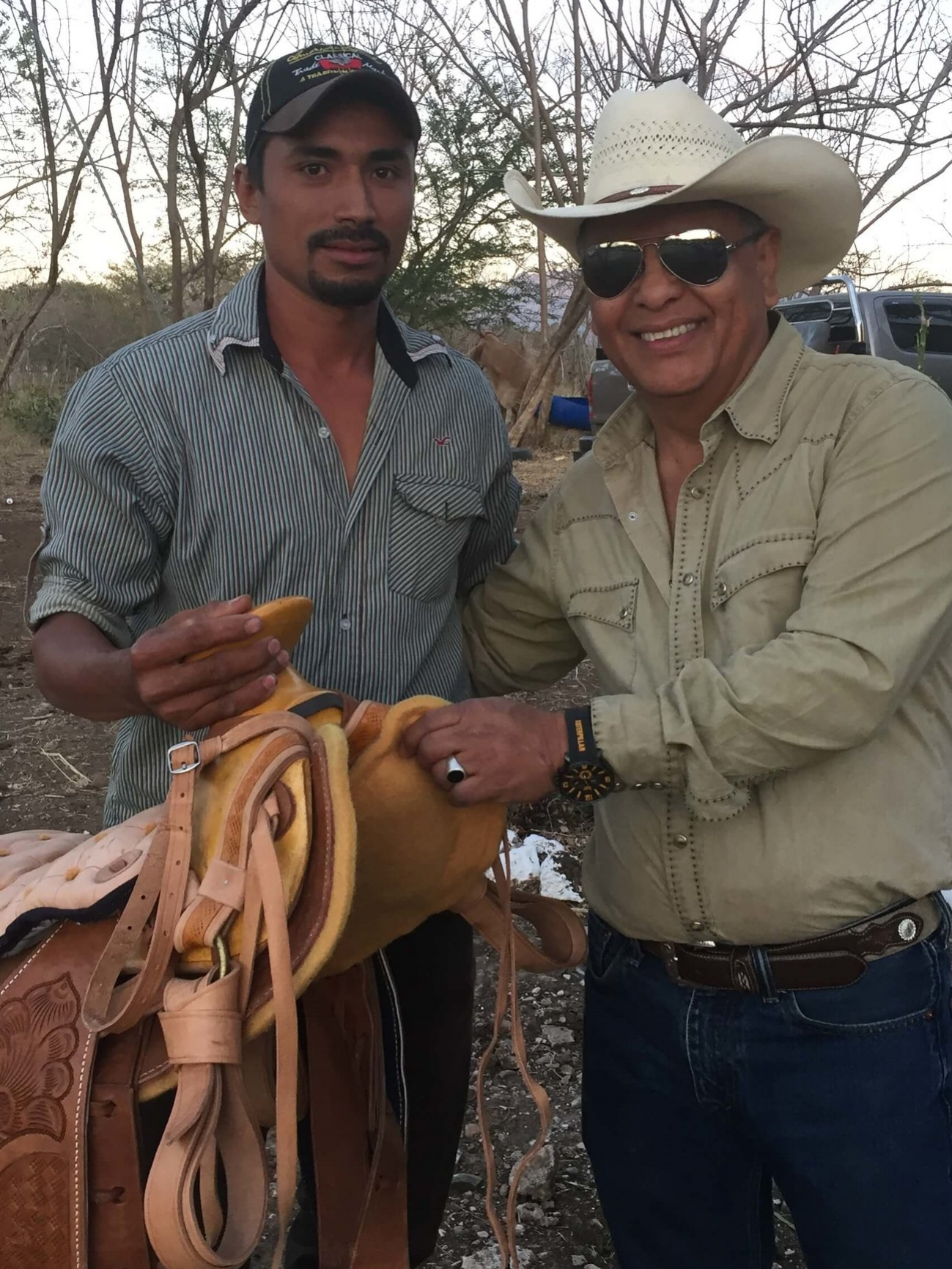 The donor of the saddle gives the grand prize to the winner!