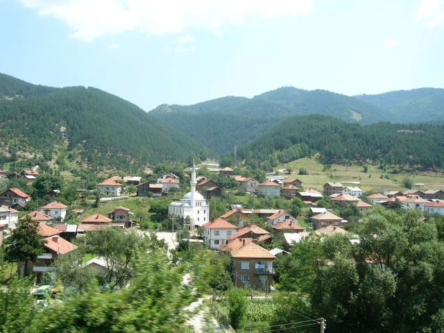 Bulgaria 05 244-Village Seen From the Train to Bansko.JPG
