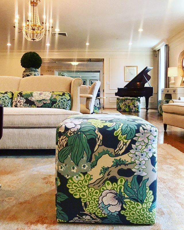 Captivating Colors. #courtneycunninghamdesign #courtneycutchallcunningham #pibetaphi #oupiphi #universityofoklahoma #sorority #sororitylife #design #interiordesign #designinspiration #livingroom #interior #instagram #instadesign #instadesigner #fabrics #classic #classicdesign #love #beautiful #pretty #visualcomfortco #transitionaldesign