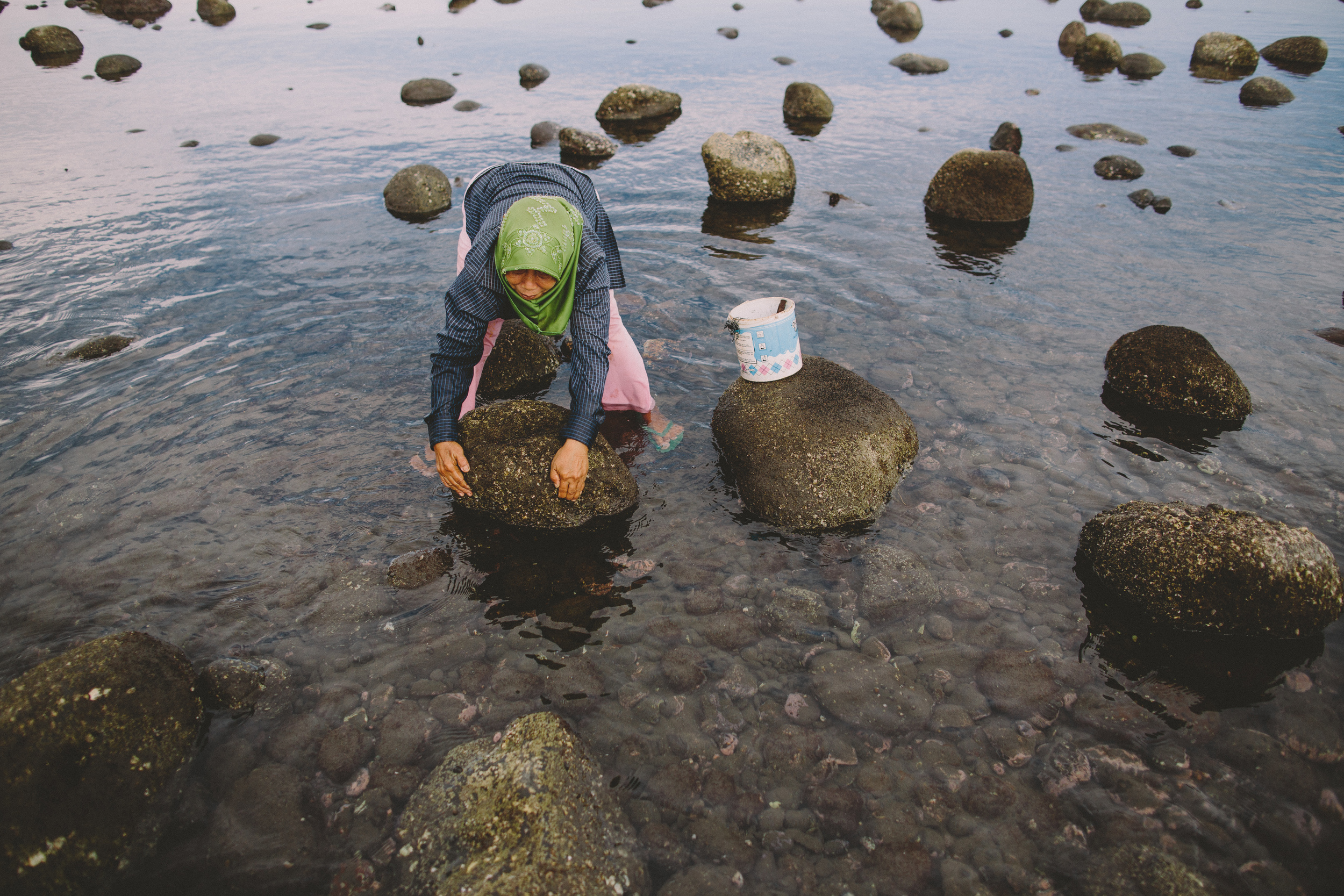Bali_Indonesia_photo_journalism_shellfish_collecting_global_eyes_media_004.jpg