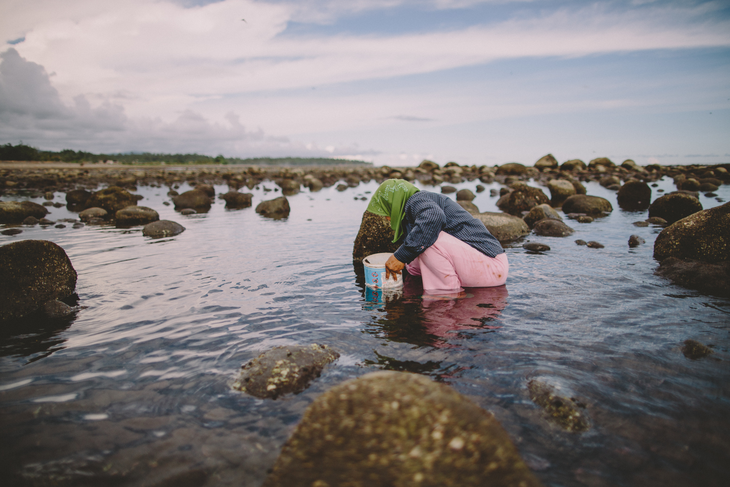 Bali_Indonesia_photo_journalism_shellfish_collecting_global_eyes_media_006.jpg