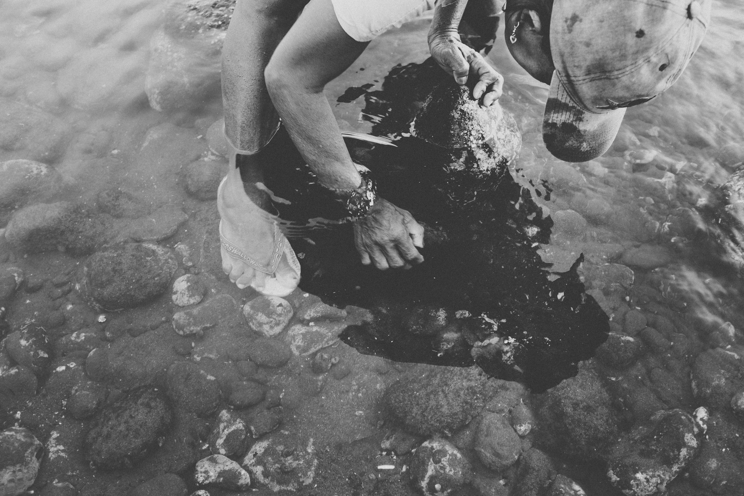 Bali_Indonesia_photo_journalism_shellfish_collecting_global_eyes_media_010.jpg