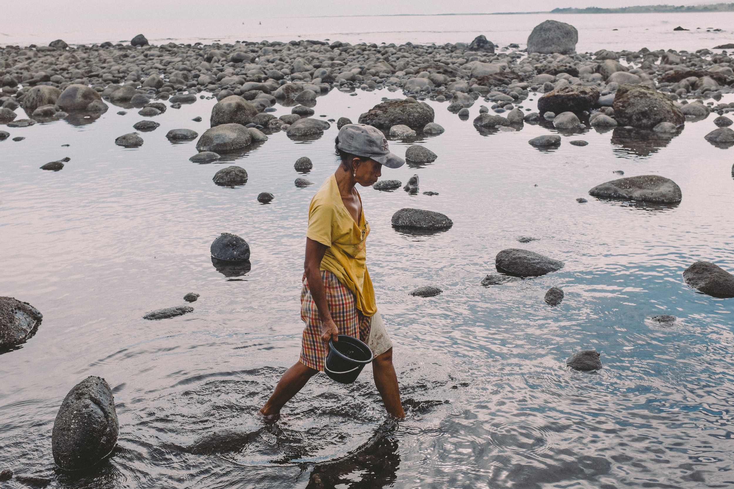 Bali_Indonesia_photo_journalism_shellfish_collecting_global_eyes_media_012.jpg