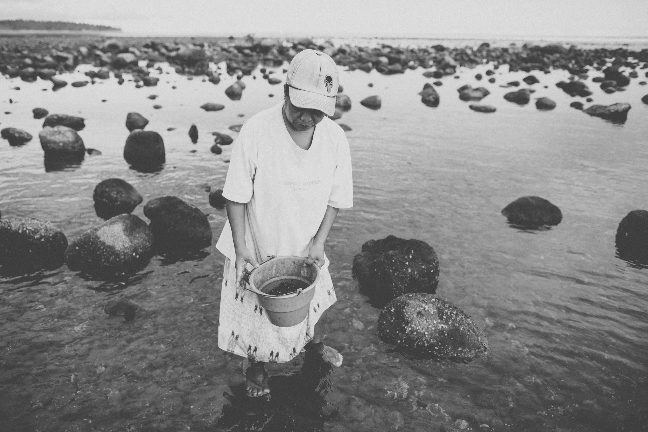 Bali_Indonesia_photo_journalism_shellfish_collecting_global_eyes_media_014.jpg